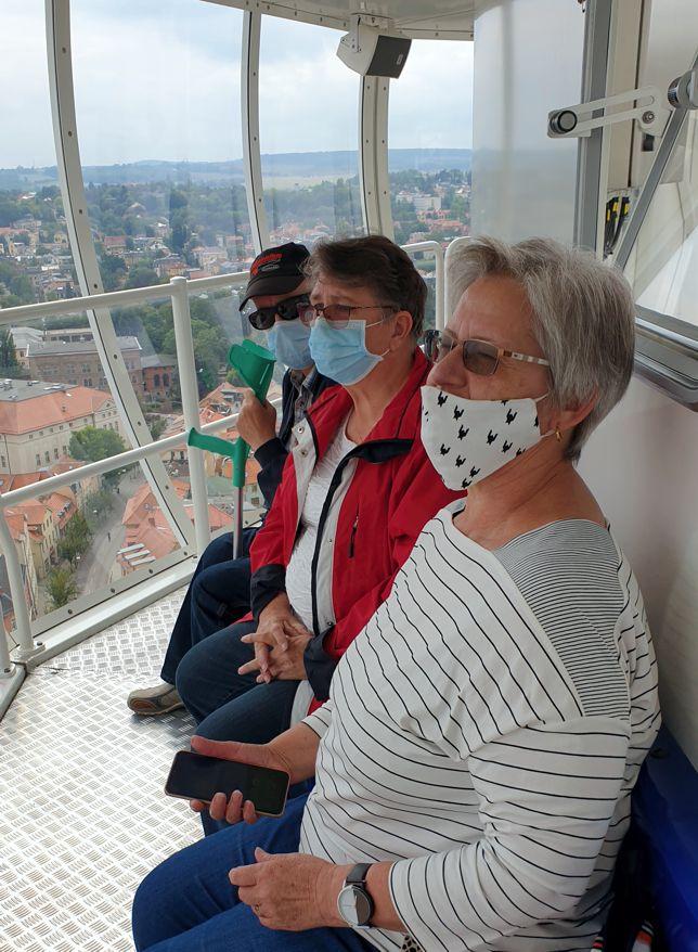 Drei Teilnehmer auf dem City-Skyliner mit Blick auf Weimar