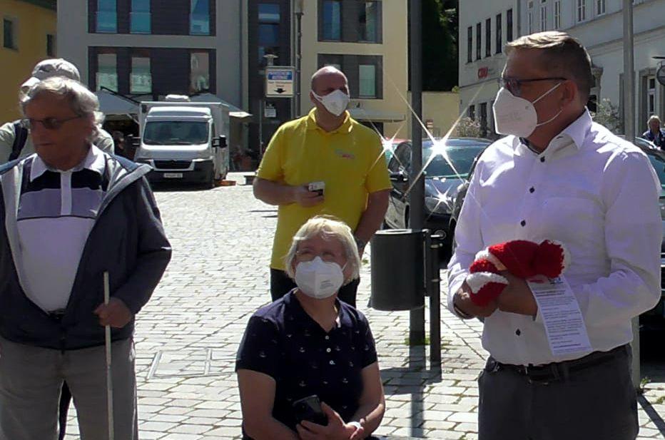 Bürgermeister Rüdiger Eisenbrand mit Poller-Mütze in der Hand